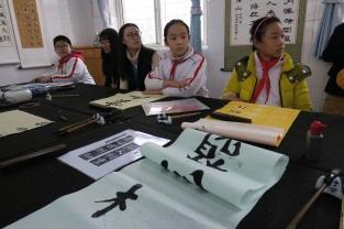 ביקור בשיעור קליגרפיה בבית הספר היסודי בלואו-חה