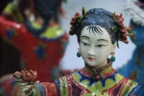 פסל חרסינה בחנות מזכרות בלואו-חה