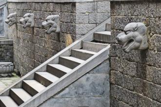 חצר אבן במנזר שאולין